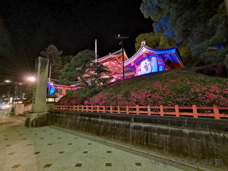 ブルーライトアップされた八坂神社の西楼門
