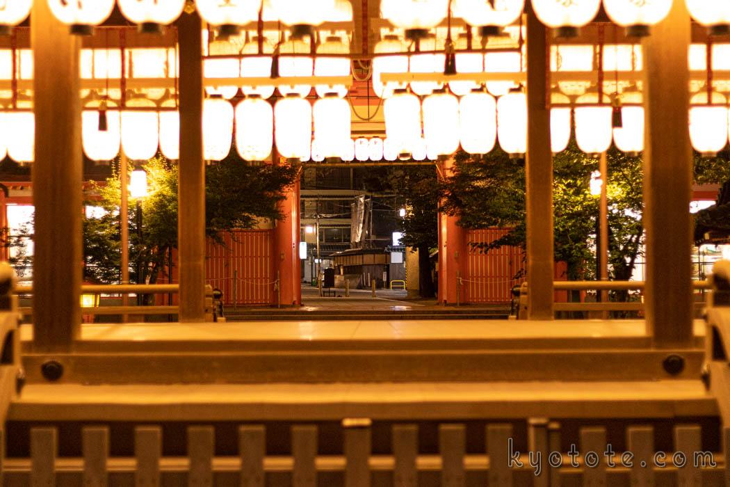 人がいない夜の八坂神社