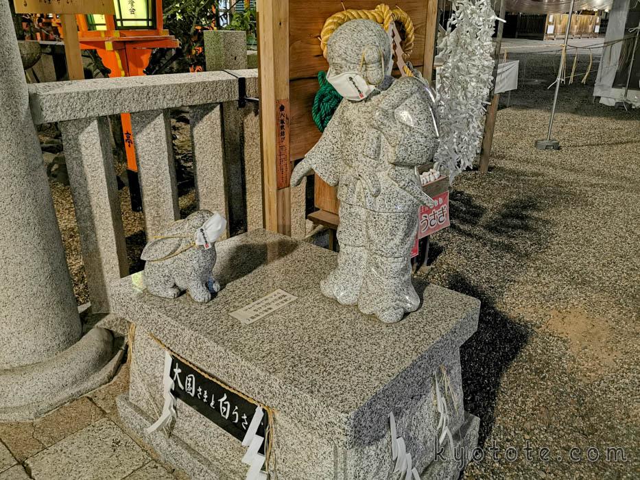 八坂神社のマスクを着用した大国さまとうさぎ