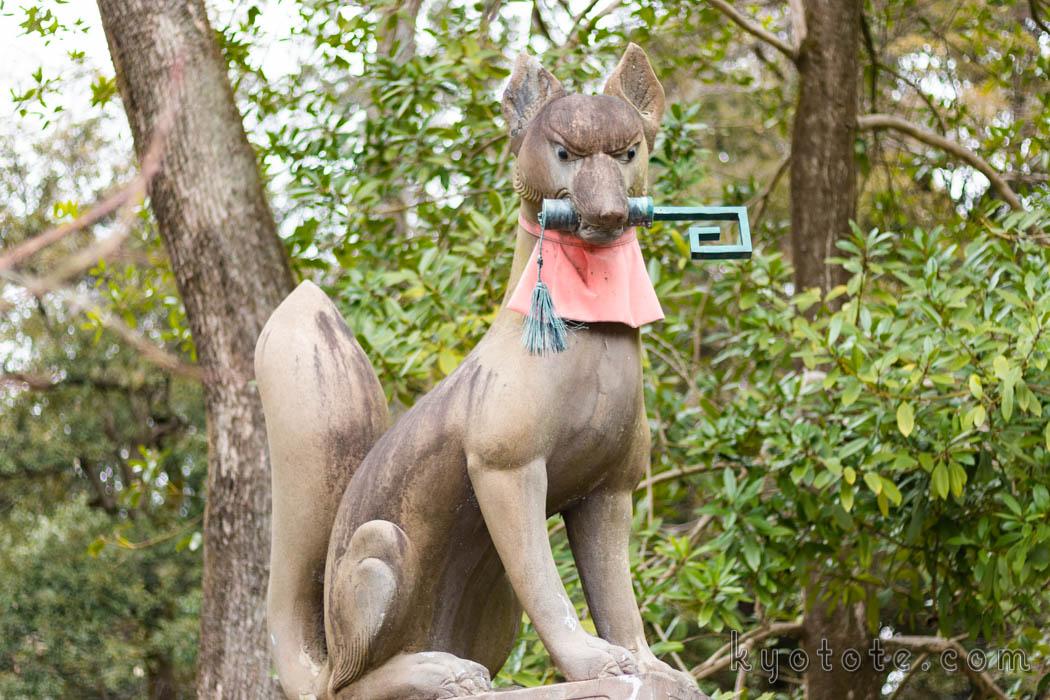 伏見稲荷大社の鍵をくわえている狐