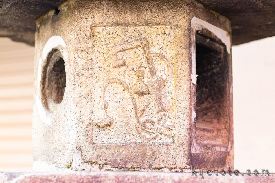 伏見稲荷大社の鍵が掘られた石灯籠