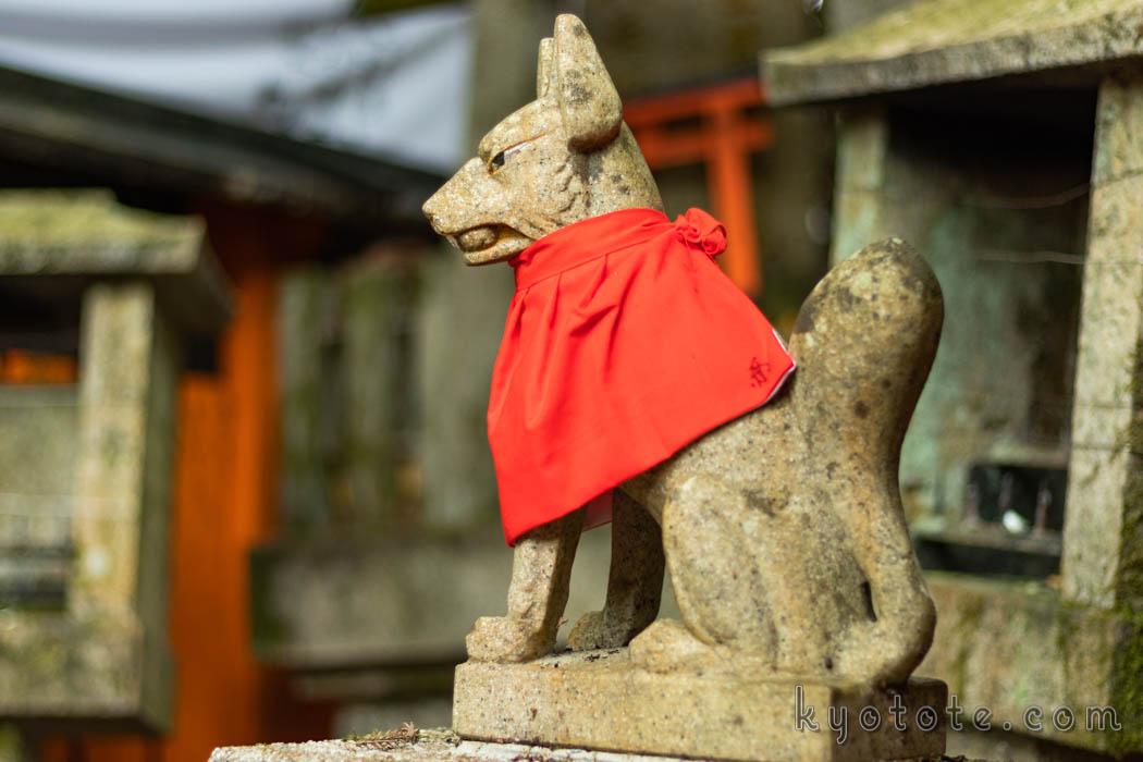 伏見稲荷大社のお塚に祀られている玉をくわえた狐