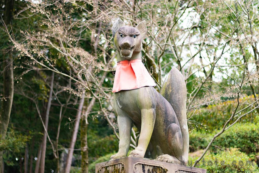 伏見稲荷大社の玉をくわえている狐