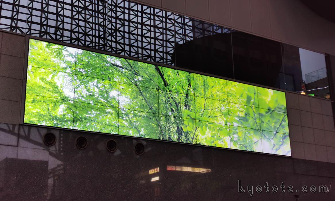 京都駅の大型サイネージ