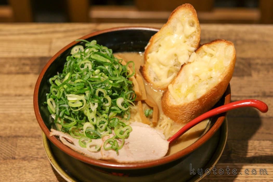 天下一品の新京極三条店のこってりチーズパンラーメン