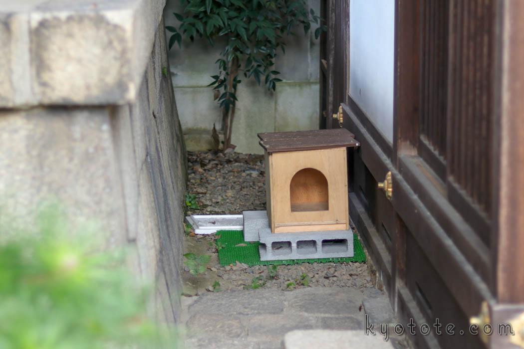 京都の行願寺の猫用の家