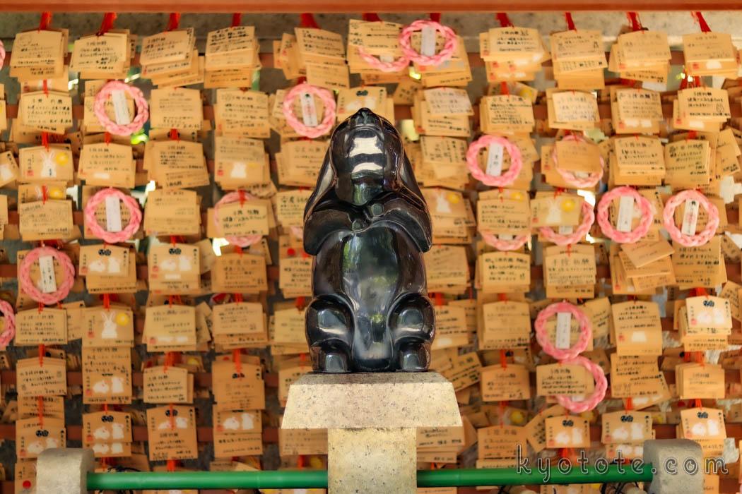 京都の岡崎神社のうさぎ