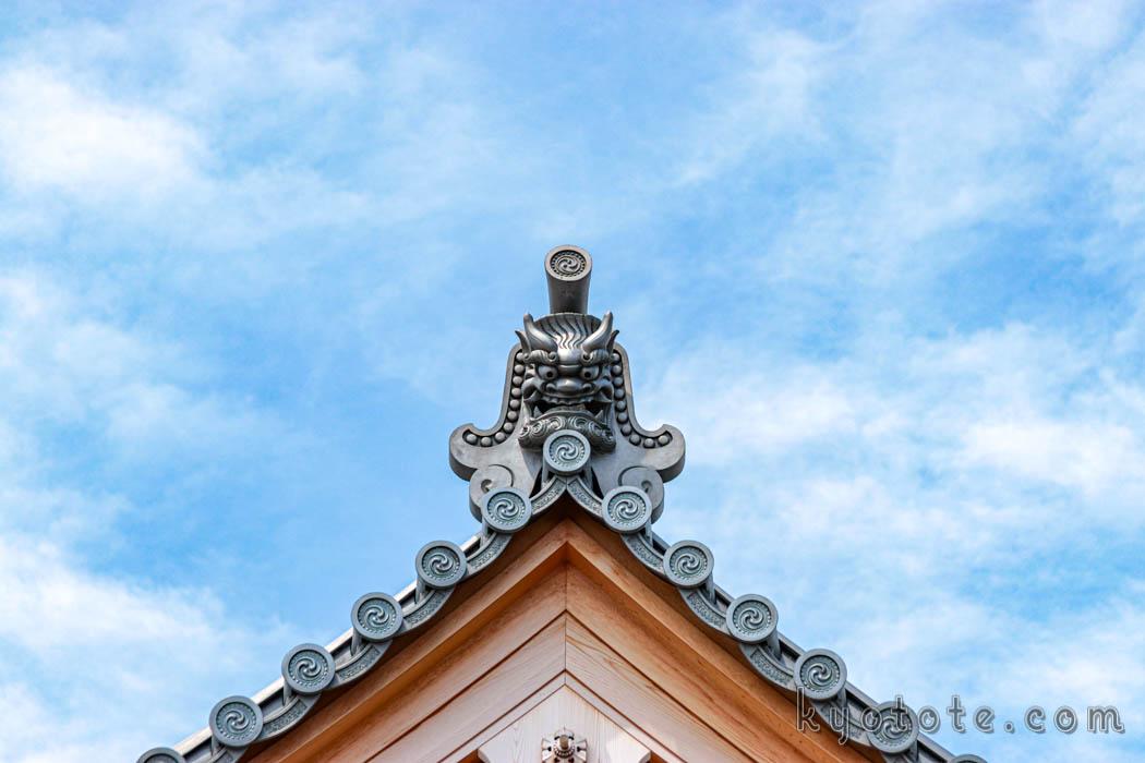 東寺の総工費1億5千万円の観光トイレの鬼瓦