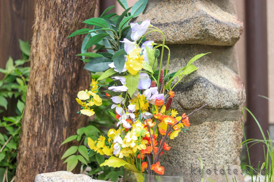 明智光秀の塚(首塚)に供えられた花
