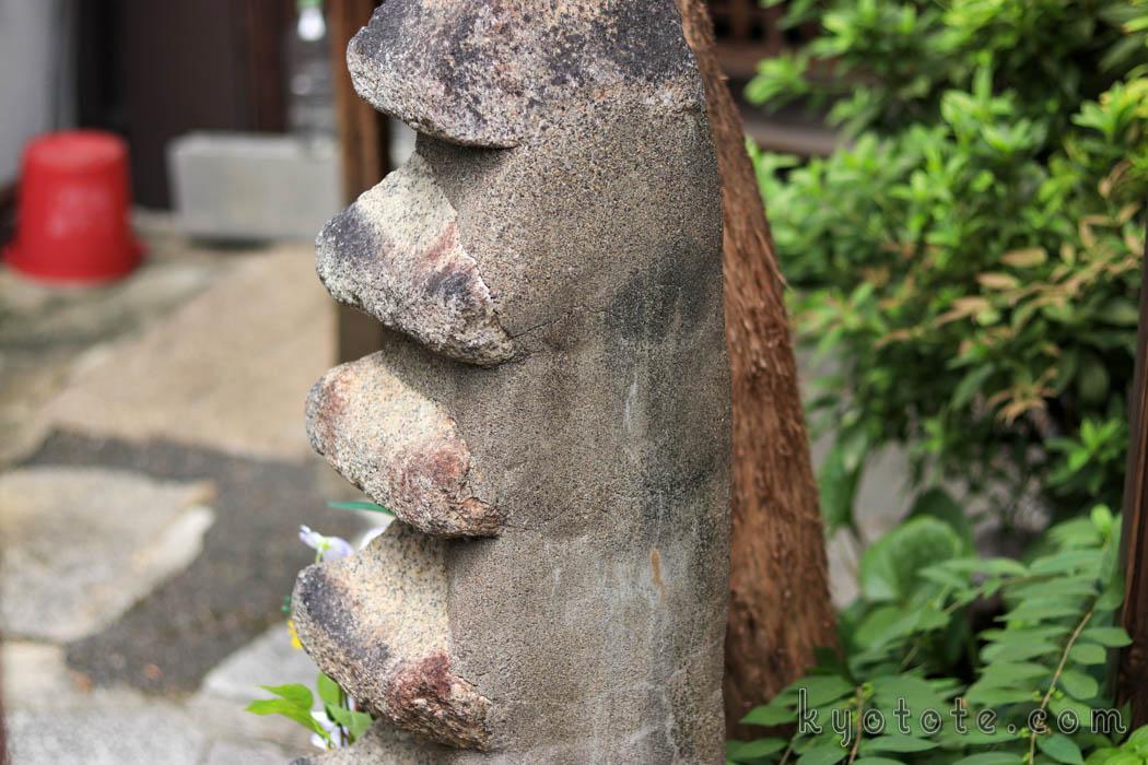 明智光秀の塚(首塚)の五重石塔