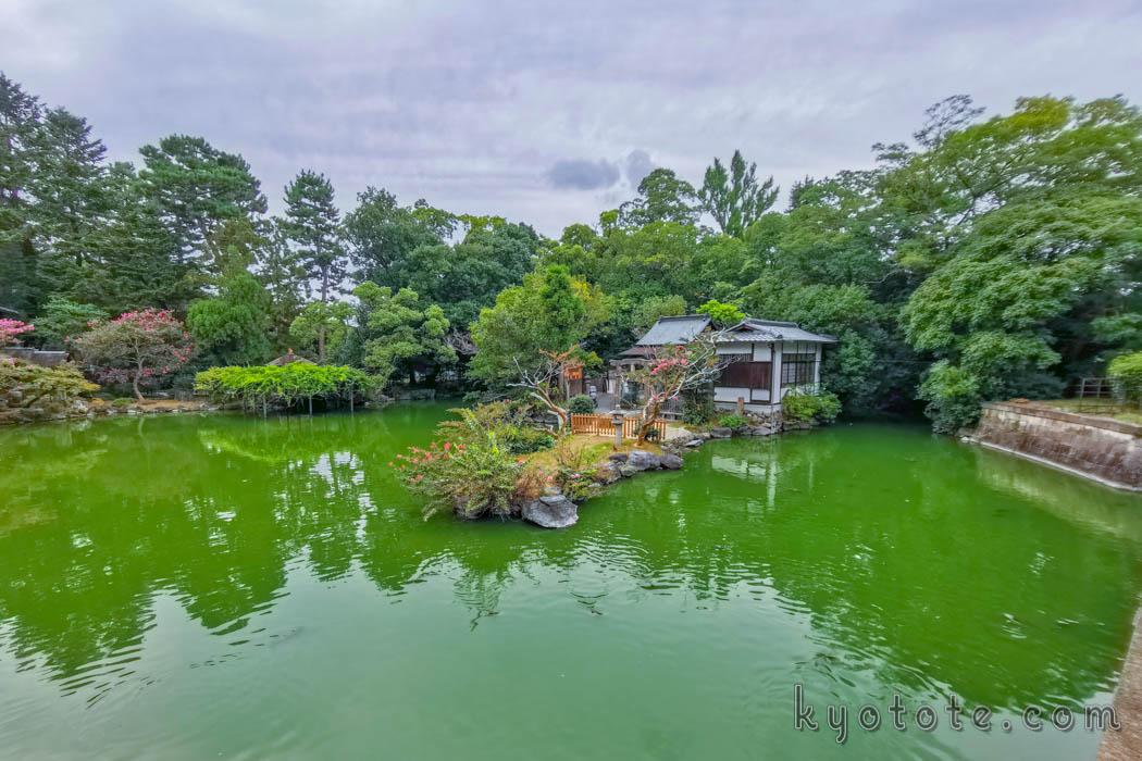 京都三珍鳥居の一つである唐破風鳥居