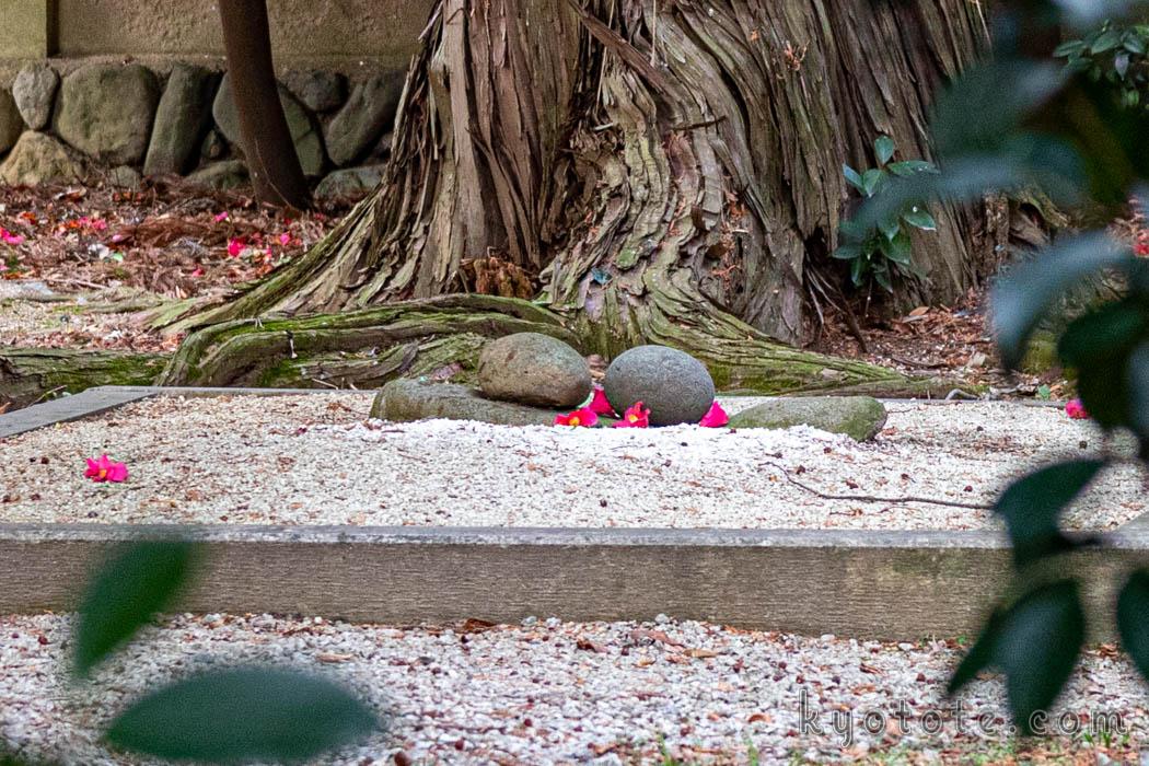安産祈願で有名な梅宮大社のまたげ石